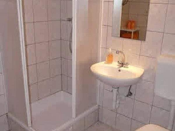 Modern Bathroom Designs Small Spaces Layout