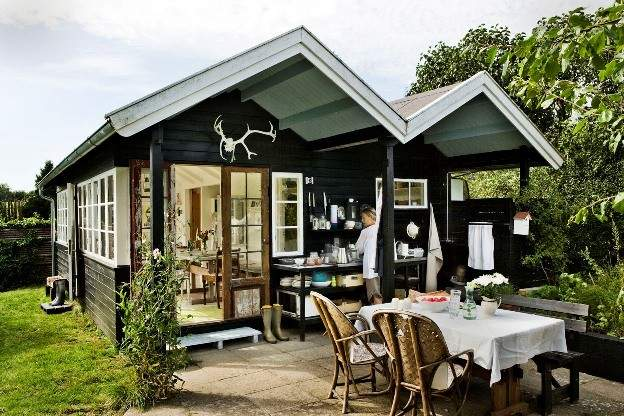 Modest Yet Charming Small Summer House Interior Home