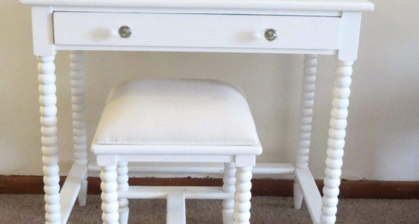 Small Makeup Wooden Vanity Table Without Mirror